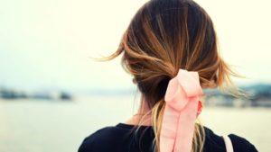 χαμηλή αλογοουρά στα μαλλιά
